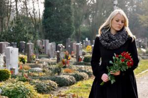 Junge Frau trauert auf Friedhof um einen Todesfall