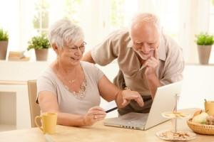 Älteres Ehepaar freut sich über lebenslange Unfallrente