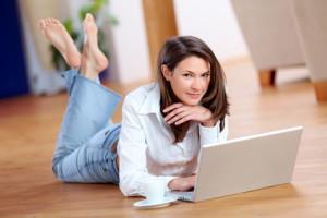 Junge Frau sucht am Laptop nach einem Onlinekredit